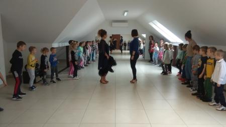 Wycieczka klasy 1 a i 1 b do szkoły tańca towarzyskiego